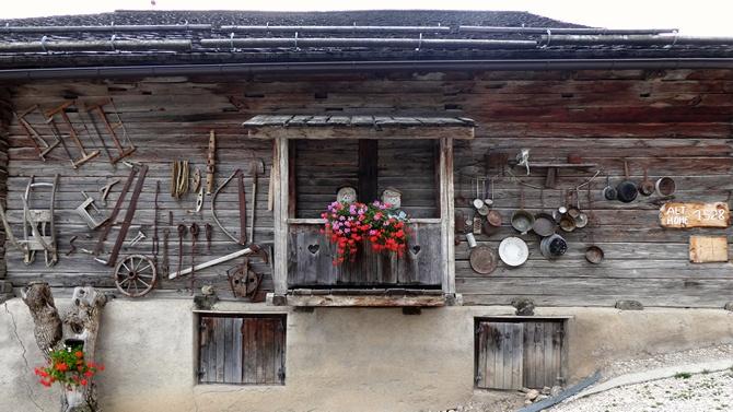 Liebevoll dekorierte Scheune des Bauernhofs Lüch de Vanc