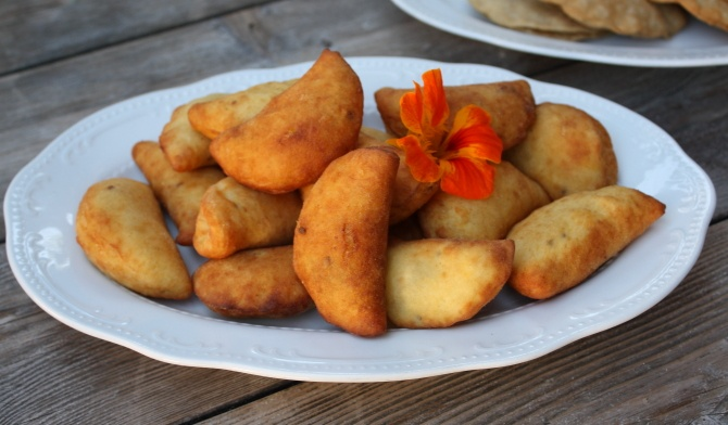 Canci chechi, gefüllt mit Ricotta und gehackten Brennesseln