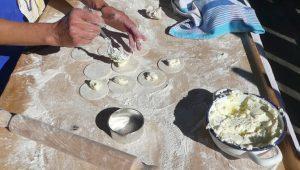 Beim Füllen der Tultres läßt man einen Rand von 1,5 cm frei.