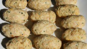 Mit den Händen werden ovale Käse-Gnocchi geformt