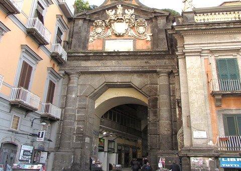 Port'Alba und die Straße der Buchhändler (Neapel)