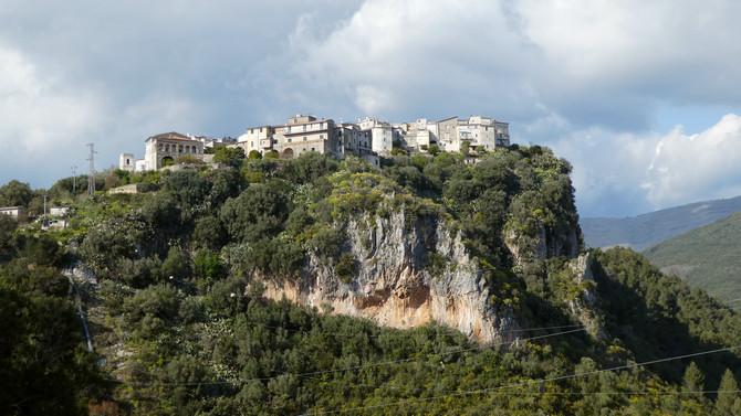 Das urige Bergdorf Camerota thront auf einer Klippe