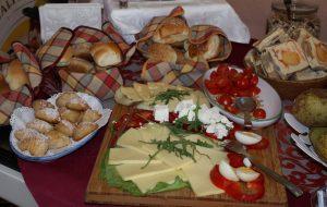 Köstliches Frühstücksbuffet mit ausgewählten Produkten