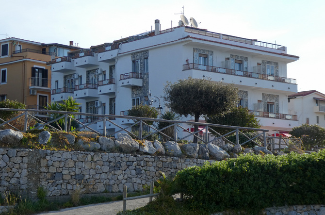 Das Hotel Calanca liegt am Weg zum Strand