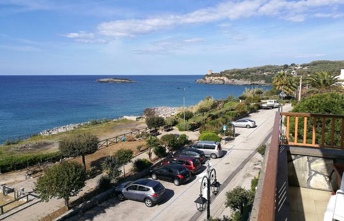 Am Ende dieser Straße erstreckt sich der Calanca-Strand
