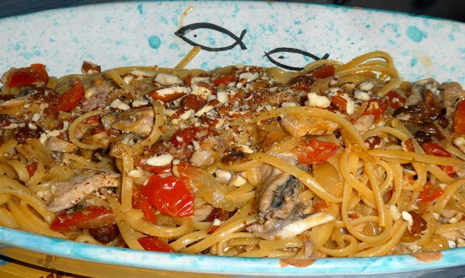 Linguine alla cilentana mit Mandeln, Tomaten und Sardellen