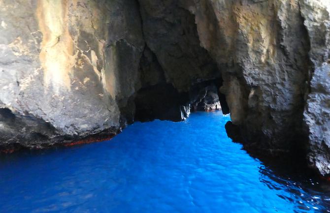 Tiefblau schimmert das Meer in der Blauen Grotte von Marina di Camerota