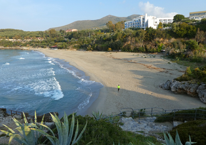 Der breite Calanca-Strand fällt flach ins Wasser ab