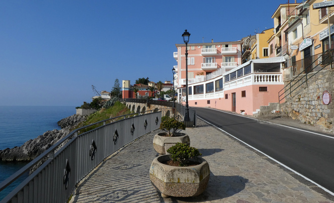 Straße zum Hafen von Marina di Camerota