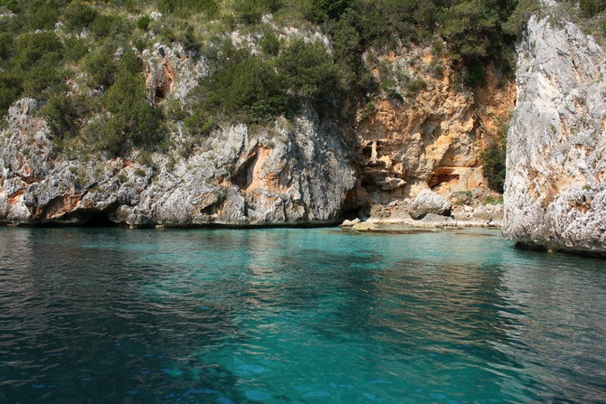 Felsenküste vom Boot aus
