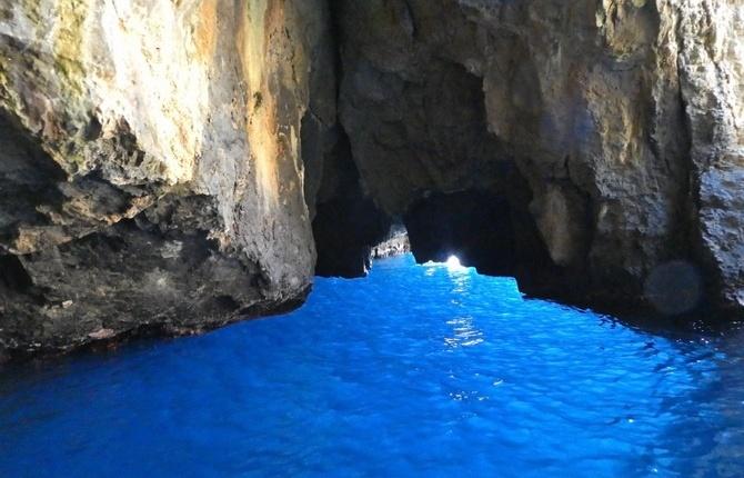 Einfahrt in die blaue Grotte (Grotta Azzura)