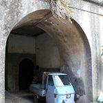 Nur ein schmales Auto kommt in die engen Gassen