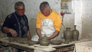 Antonio zeigt Giovanni wie man Terracotta bearbeitet