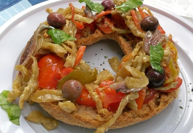 Fresella mit eingelegten Auberginen, Oliven, Tomaten und Sardellen
