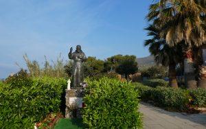 Statue des Padre Pio am Weg zum Strand