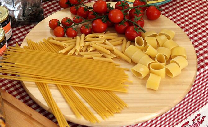 Pasta und Tomaten gehören zu den wichtigsten Zutaten
