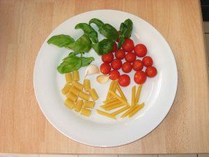 Zutaten für Pasta mit Tomaten und Basilikum